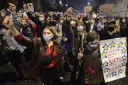 Protesty proti obmedzeniu interrupcií trvajú v Poľsku už od piatku.