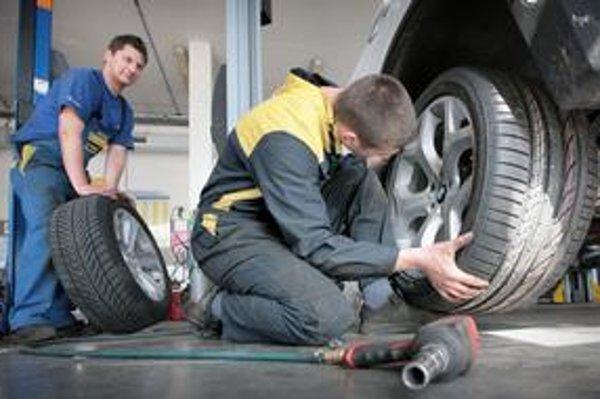 Horali by sa do autoservisu s pneumatikami náhliť nemali.