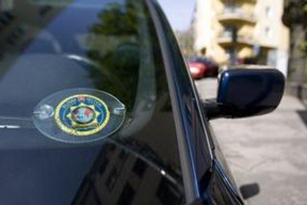 Dve tmavé autá s policajnou nálepkou odviezli krátko po zavolaní mestskej polície.Až tretí pokus sa skončil papučou.