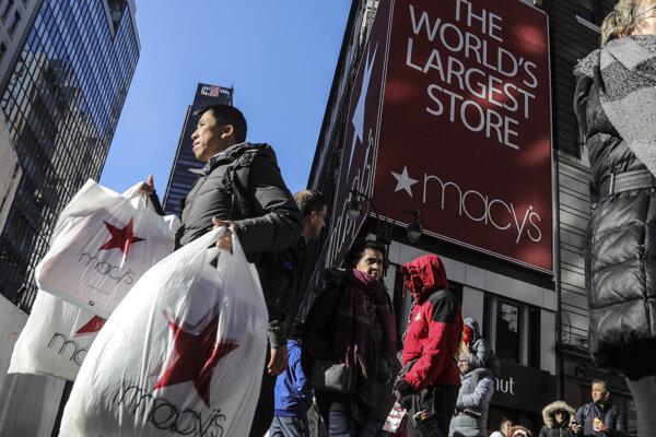 Zákazník vychádza s taškami z obchodného domu Macy's v New Yorku.