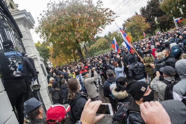 Protestujúci pred Úradom vlády SR počas neohlásenej protivládnej demonštrácie v Bratislave 17. októbra 2020.