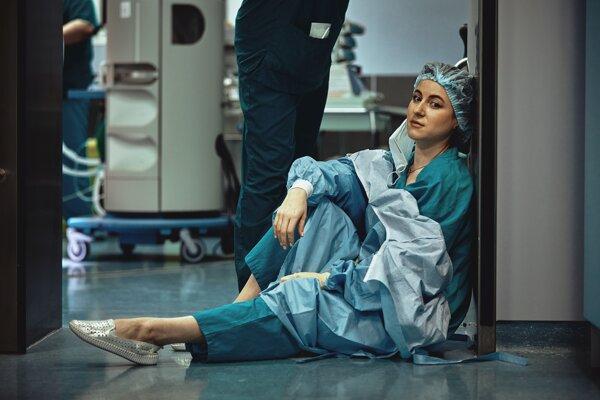 Výskumníci hodnotili neprofesionálnosť chirurgov a chirurgičiek na sociálnych sieťach bez ich vedomia. Kritériom neprofesionality boli aj fotky v plavkách.