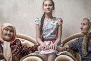 Tomiris (10 r.) sediac medzi dvoma starými mamami, jednou z Ruska a druhou z Kazachstanu, Tomiris hovorí plynulo oboma jazykmi