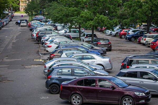 Verejné priestranstvo nie je zadarmo, platiť zaň budú v Bratislave aj majitelia áut.