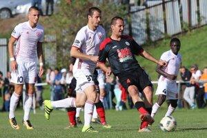 Roman Jurko v drese Medzeva v zápase proti Trenčínu, ktorý gólovo rozhodol.