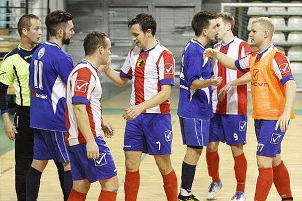 Po zápase sa z troch bodov tešili hostia. Druhý zľava Juraj Fuska, autor troch gólov Nitry, v strede Novozámčan Dudáš, ktorý sa presadil dvakrát.