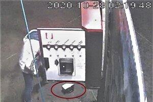 Dvojica mužov ukradla zásobníky s mincami zo samoobslužnej  autoumyvárne v Poltári.