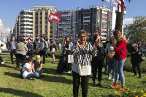 Vydesení ľudia v Izmire na západnom pobreží Turecka.