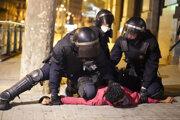 Polícia zatýka protestujúceho.