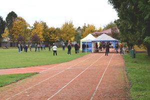 Testovanie sa konalo na bežeckej dráhe v školskom areáli.