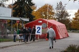 Nemocnica v Nových Zámkoch celoplošne testuje zamestnancov aj pacientov.