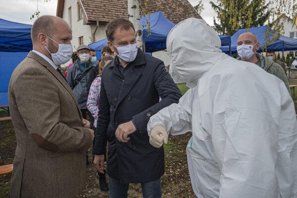 Premiér Matovič sa zdraví so zdravotníkom.