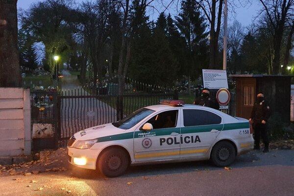 Na snímke príslušníci Policajného zboru pri hliadkovaní pred vchodom na cintorín v Rimavskej Sobote v nedeľu 1. novembra.