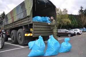 Odvoz biologického odpadu z pilotného kola vojakmi.