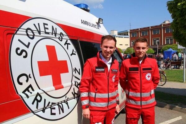 Riaditeľ Slovenského Červeného kríža, územného celku Topoľčany Andrej Barborka (vľavo).