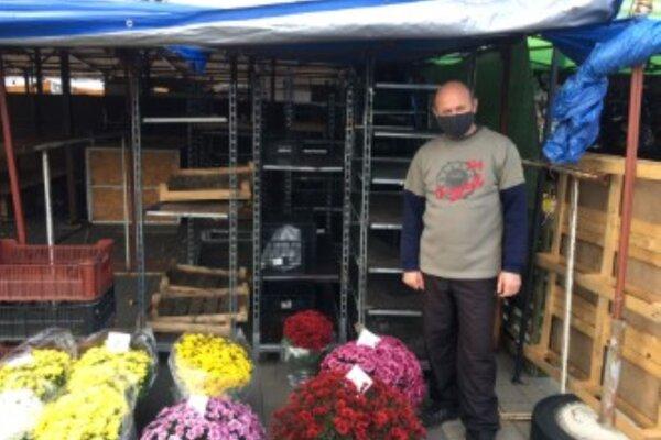 Anton Bartko sa snažil predávať chryzantémy.
