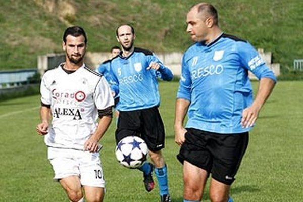 Momentka z duelu Chrenová - Lapáš. Zľava Martin Bocian, Matúš Balla a Zoltán Čekey.