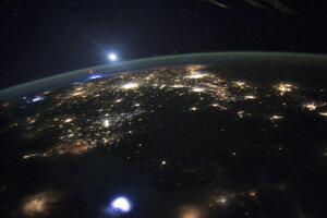 Keďže sú svetelné javy ako škriatkovia veľmi pominuteľné, je ťažké ich zachytiť na záberoch. Tu ho môžete vidieť v ľavej časti záberu v atmosfére Zeme.