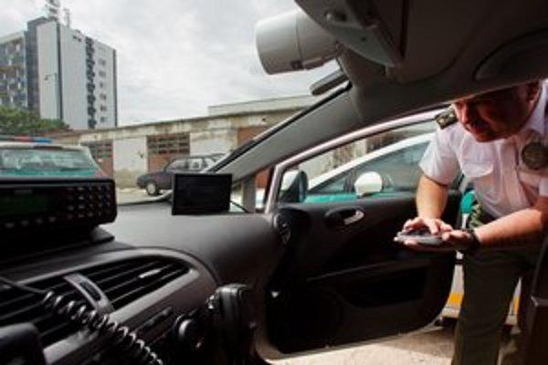Kamery v autách ovládajú dotykovou podložkou trochu väčšou ako mobilný telefón.