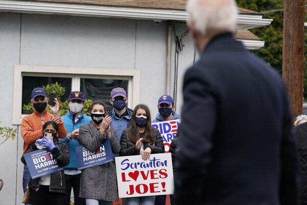 Kandidát na prezidentka Joe Biden so svojimi podporovateľmi.