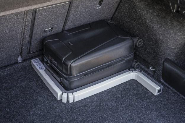 Skladací had pre upevnenie batožiny v kufri.