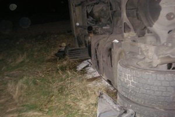 Kamión sa po mikrospánku vodiča prevrátil na bok. Spolujazdec nehodu neprežil, zavalila ho kabína.