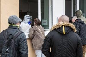 Bezplatné testovanie antigénovými testami na terase nemocnice na Antolskej v Bratislave.