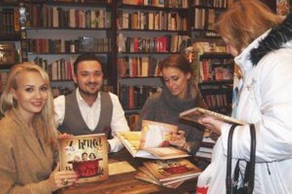 Zľava Barbora Rakovská, Robo Papp a Lenka Šóošová počas autogramiády svojej knižky v nitrianskom Panta Rhei.