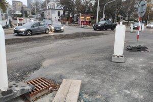 Vyústenie Molecovej na Karloveskej pred položením vrchnej vrstvy asfaltu.