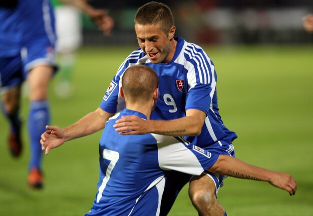 Stanislav Šesták objíma Vladimíra Weissa po jeho skvelej asistencii na gól v Severnom Írsku.