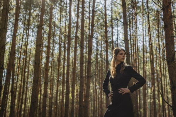 Fotografia z klipu ku skladbe Červené polia Simy Martausovej