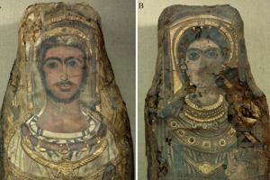 Podobizeň mŕtvych je zachytená veľmi precízne. Muž mal 25 až 30 rokov, tmavé kučeravé vlasy a na krku mal veniec z kvetov ruží a zlatých korálok. Portrét ženy je viac poškodený. Mala tmavé vlasy a výraznú obočie. Okolo krku mala veniec so zlatým diskom - Slnkom.