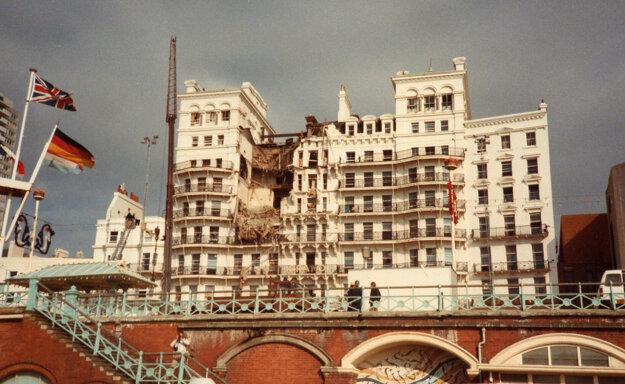 Grand Hotel v anglickom Brightone po bombovom útoku Írskej republikánskej armády v roku 1984. Cieľom útoku bola britská premiérka Margaret Thatcherová a členovia jej vlády, ktorí vyviazli bez ujmy. Výbuch však zabil päť ľudí.