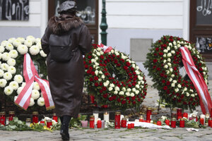Vence a sviečky na mieste útoku. Viedeň, 4. november 2020.
