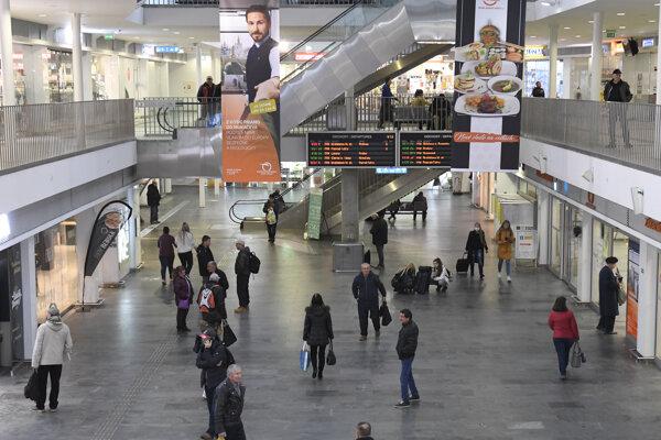 Cestujúci v budove železničnej stanice v Košiciach.