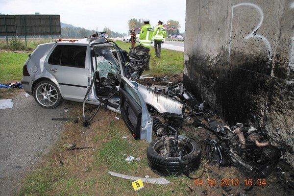 Náraz auta do betónového piliera mladý vodič neprežil.