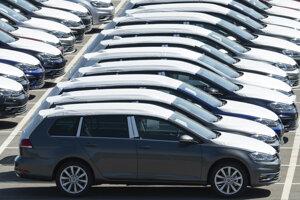 Automobily nemeckej automobilky Volkswagen sú na parkovisku počas opätovného obnovenia výroby v závode v nemeckom meste Zwickau.
