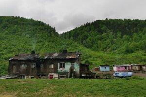 Miestni sa zo škôlky tešia, privítali by aj nové bývanie, či aspoň strechy na domy.