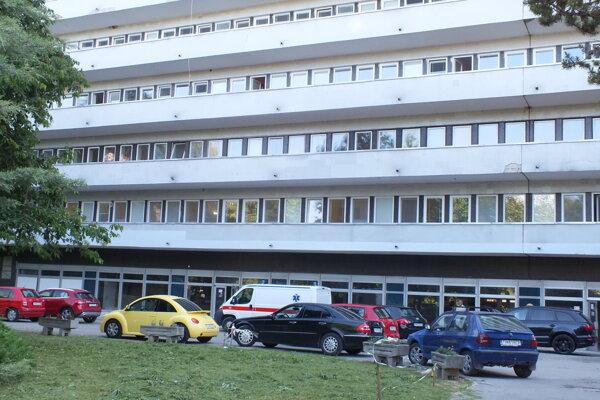 Trebišovská nemocnica v zadnej časti. Testovanie prebieha hneď za vstupnou rampou.
