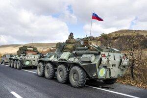 Ruské vojenské vozidlá zaparkované na ceste neďaleko jazera Seven v Arménsku smerom k separatistickému regiónu Náhorný Karabach.