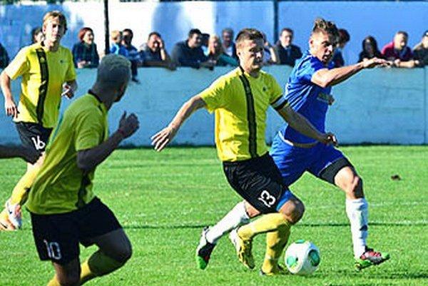 Futbalisti Nededu (na archívnej snímke v žltom) porazili Topoľčany 2:1. Zľava Gábriš, Karim (chrbtom) a Hambálek.