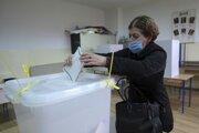 Bosnianska volička počas volebného aktu vo volebnej miestnsoti počas komunálnych volieb v Sarajeve 15. novembra.