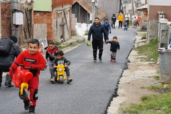 Novej ceste sa potešili aj najmladší obyvatelia Zlatníka.