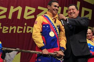Venezuelský šermiar Rubén Limardo (vľavo) počas slávnostnej ceremónii pri príležitosti udelenia najvyššieho vyznamenania v krajine v roku 2012.