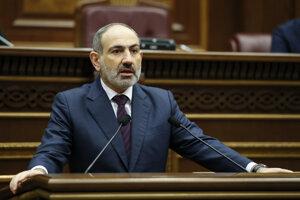 Arménsky premiér Nikol Pašinjan odpovedá na otázky počas stretnutia s poslancami v Jerevane 16. novembra 2020.