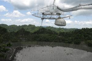 Svetoznáme astronomické observatórium Arecibo v Portoriku na archívnej fotografii z júla 2016.