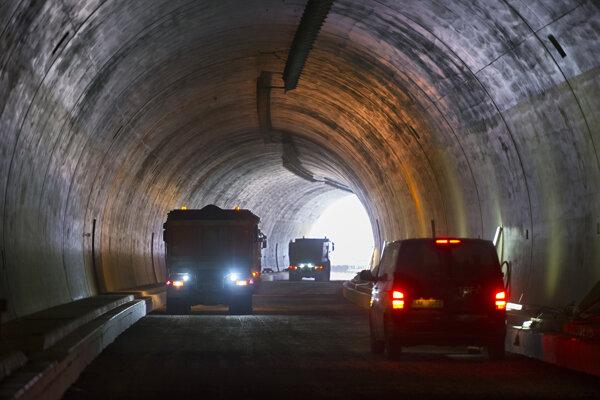 Stavebné autá v tuneli.