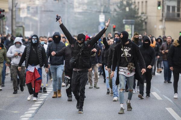 Nepovolený protest pred Prezidentským palácom v Bratislave.