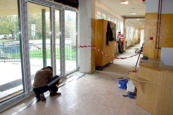 Rekonštrukcia školy sa začala v júli, práce majú ukončiť v novembri.
