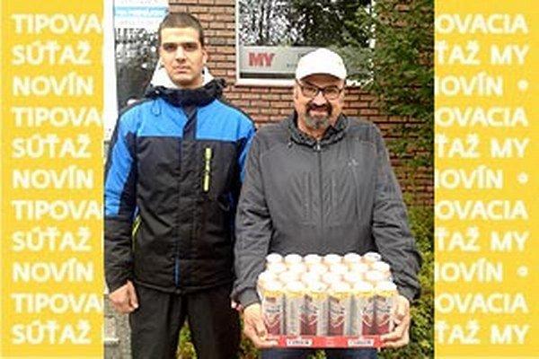 Pre kartón piva Corgoň si prišiel víťaz 11. kola Viliam Matejov. Vľavo jeho vnuk Miro.